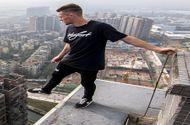 """Đời sống - Thót tim cảnh chàng trai """"đùa giỡn với tử thần"""" trên tòa cao ốc 43 tầng"""