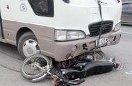 Tin trong nước - Va chạm với xe khách, mô tô bị kéo lê 10m