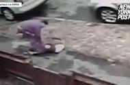 Tin tức - Video: Bị giật iPhone trên phố, bé gái chống trả quyết liệt