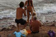 Tin tức - Bà mẹ đẻ con ngay khi đang bơi trên biển