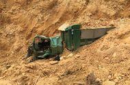 Xe tải méo mó vì bị đất lở đè bẹp, tài xế tử vong tại chỗ