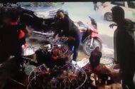 Tin tức - Video: 2 thanh niên đứng mua gà, suýt bị ô tô hất văng