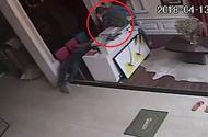 Tin tức - Video: Ngủ say, nam thanh niên bị trộm vào cửa hàng lấy mất ví