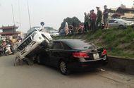 Tin tức - Clip: Hiện trường vụ Land Cruiser mất lái đè nát đầu xe Camry đang đỗ bên đường