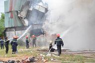 Tin tức - Sài Gòn: Lực lượng PCCC phá tường, dập lửa cứu xưởng may