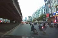 Tin tức - Video: Bất cẩn khi sang đường, nam thanh niên bị xe máy hất văng