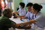 """Y tế sức khỏe - Đoàn y bác sĩ """"vượt núi"""" khám bệnh cho bà con nghèo tỉnh Quảng Ngãi"""