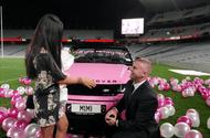 """Tin tức - Màn cầu hôn ấn tượng bằng bóng bay hồng  trời và xế """"khủng"""" tiền tỷ giữa sân vận động"""