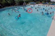Tin tức - Video: Cứu hộ nhanh trí giải cứu bé gái đuối nước ở bể bơi đông người