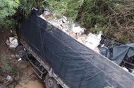 Tin tức - Tài xế ngủ gật, xe tải lao xuống cầu khiến phụ xe tử vong