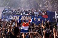 """Nâng cao cúp vàng World Cup, dàn sao Pháp trở về trong sự chào đón của """"biển"""" người hâm mộ"""