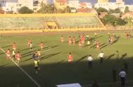 Clip sốc: Cầu thủ Bà Rịa-Vũng Tàu đuổi đánh trọng tài vì mất suất lên hạng