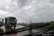 Tin tức - Video: Xe tải đột ngột tăng ga, lấn làn khiến ô tô con lao xuống ruộng