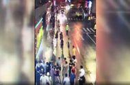 Tin thế giới - Biển quảng cáo bất ngờ đổ sập, đè chết 3 người đi đường