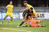 Thủ môn Chievo gãy xương mũi, bất tỉnh ngay trên sân vì va chạm với C.Ronaldo