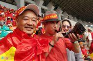 """Tin tức - Ủng hộ Olympic Việt Nam, cổ động viên """"nhuộm đỏ"""" sân vận động Pakan Sari"""