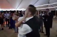 Tin tức - Bi hài cảnh cô dâu bị chú rể đẩy ngã chổng vó ngay trong ngày cưới