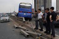 Tin tức - Hà Nội: Xe khách đâm vào dải phân cách cầu Nhật Tân, hàng chục người thoát chết
