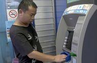 Tin tức - Lào Cai: Bắt quả tang đối tượng người Trung Quốc dùng 102 thẻ ATM giả rút tiền