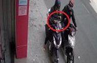 """Tin tức - Video: Ngồi nghịch móng tay, cô gái """"tặng"""" tên cướp một """"vố đau"""""""