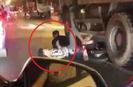"""Tin tức - Video: Thót tim 2 thanh niên phóng xe máy chui thẳng vào gầm xe tải khi đi """"bão"""""""