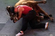 Tin tức - Thót tim chứng kiến võ sỹ Trung Quốc hạ gục con bò nặng 400kg