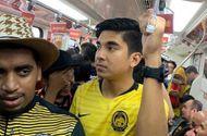 """Tin thế giới - Cư dân mạng """"tan chảy"""" nhìn bộ trưởng Malaysia đi tàu điện ngầm đến xem chung kết AFF Cup"""