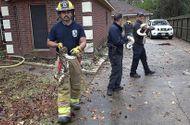 Tin thế giới - Cháy nhà, lính cứu hỏa đến và giải cứu được... 100 con rắn