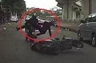 Tin tức - Video: Lái xe máy bằng 1 tay, đâm sầm vào phương tiện phía trước