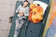Tin tức - Xúc động mạnh trước hình ảnh cha nhường chăn cho con nhỏ ngủ ngon lành trên vỉa hè Hà Nội