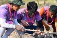 """Tin tức - Trường """"híp"""" xông xáo nhóm lửa, nấu canh cá cùng đồng đội ở Thái Lan"""