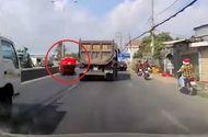 Tin tức - Video: Thót tim cảnh xe ô tô bị đâm lật ngửa giữa đường