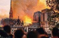 Tin thế giới - Cả thế giới bàng hoàng trước vụ cháy Nhà thờ Đức Bà Paris: Gần một nghìn năm lịch sử chìm trong lửa