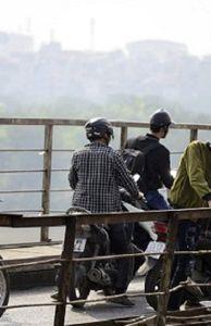 - Người dân Hà Nội chen chúc trên cầu Long Biên xem... vớt bom