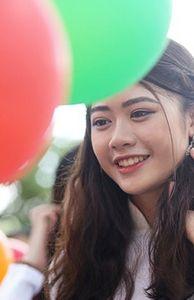 - Những giọt nước mắt xúc động trong lễ bế giảng của nữ sinh trường THPT Chu Văn An