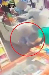 - Video: Con trai 6 tuổi xông vào cứu bố trước họng súng của bọn cướp