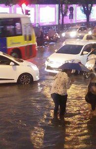 - Hà Nội: Nhiều tuyến phố ngập sâu, giao thông hỗn loạn vì mưa lớn