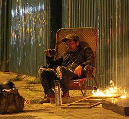 - Trời rét, người dân Hà Nội quây quần đốt củi sưởi ấm ngay ven đường