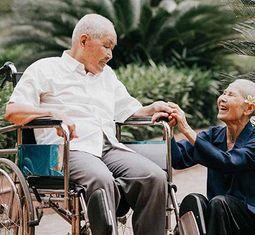 - Chuyện tình cảm động sau bộ ảnh kỷ niệm 65 năm ngày cưới bên xe lăn