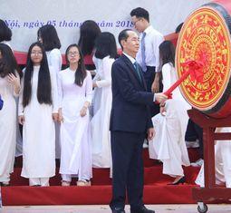 - Chủ tịch nước Trần Đại Quang đánh trống khai giảng năm học mới