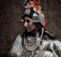 - Tìm hiểu bộ tộc miền núi khuyến khích đổi vợ và thỏa mái hôn người lạ