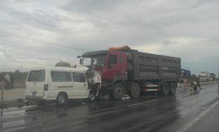 Miền Trung - Xe cứu thương đối đầu xe tải, 5 người thương vong