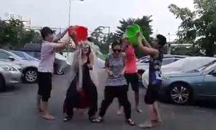 Ngôi Sao - Clip chị em Thiều Bảo Trang bị 4 thanh niên úp xô nước đá lên đầu