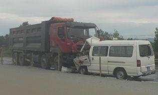 Sự kiện hàng ngày - Ôtô cấp cứu đối đầu xe tải, bé gái thiệt mạng, 4 người nguy kịch