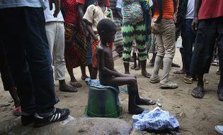 """Thế giới 24h - Xót thương bé trai nhiễm virus Ebola bị """"ném"""" ra ngoài đường"""