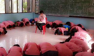 Cộng đồng mạng - Học sinh quỳ lạy xin cô giáo đừng về Việt Nam