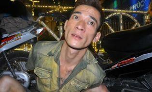 An ninh - Hình sự - Hà Nội: Nam thanh niên mang súng colt đã lên nòng dạo phố