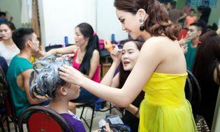 Truyền Hình - Yến Trang tận tình chăm sóc thí sinh sau hậu trường