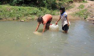Miền Trung - Thiếu nước, dân dùng nước bẩn nấu ăn, tắm giặt