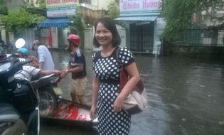 Sự kiện hàng ngày - Huế: Mưa lớn ngập đường, nhiều hàng quán đóng cửa